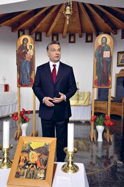 Szolnok, 2010. április 20. Orbán Viktor, a Fidesz elnöke és miniszterelnök-jelöltje beszél, amikor megtekinti a görög katolikus templomot Szolnokon a Széchenyi városrészben. MTI Fotó: Mészáros János