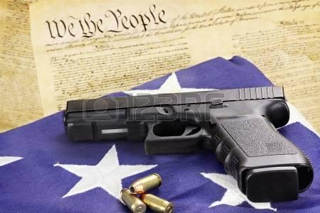 15275725-a-45-es-kaliberű-pisztolyt-és-lőszert-pihen-egy-összehajtogatott-zászló-ellen-az-egyesült-Ál